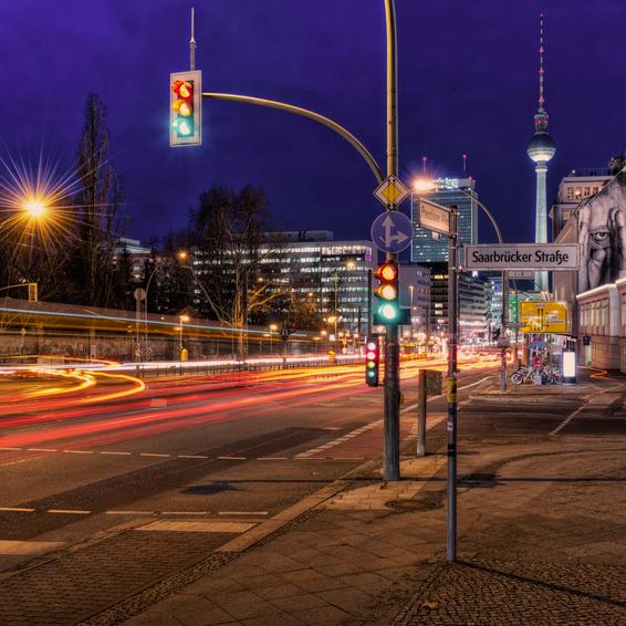 Bild von Saarbrücker Straße mit Ampel; Quelle: Website von Berlin Energie; © Fotolia.com